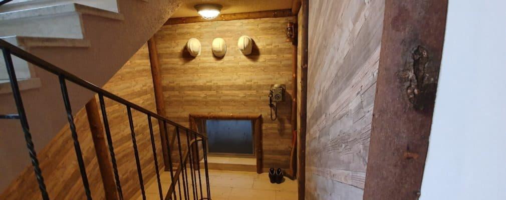 Tapezier und Stuckarbeiten - Bergwerksstollen im Keller, Holz und Fototapete